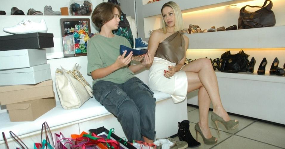 Arminda (Bianca Rinaldi) leva Diana (Letícia Medina) para fazer compras em