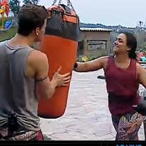 Dudu Pelizzari e Mulher Melancia treinam boxe na academia (29/9/2010)