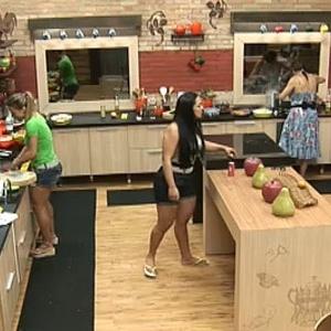 Garotas cozinham para os peões no 2° dia de confinamento (29/9/10)