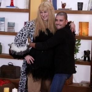 O sambista Diogo Nogueira abraça Acarajette Lovve (Beto Silva) durante gravação do