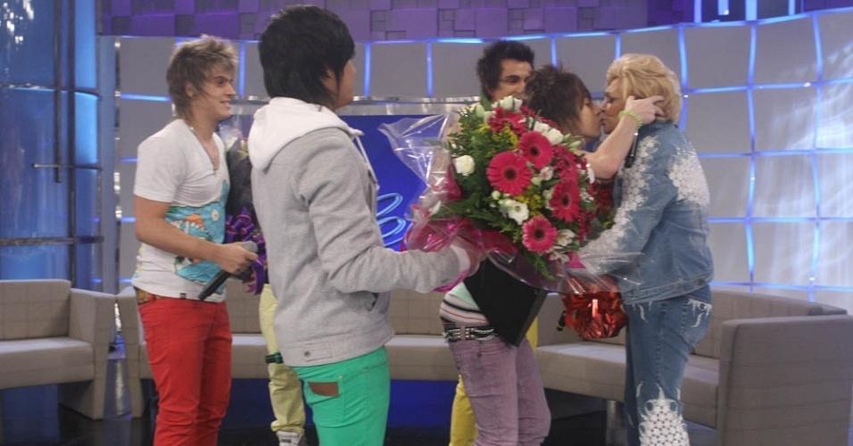 Pe Lanza, da banda Restar, dá um selinho em Hebe Camargo durante gravação de programa (4/10/10)