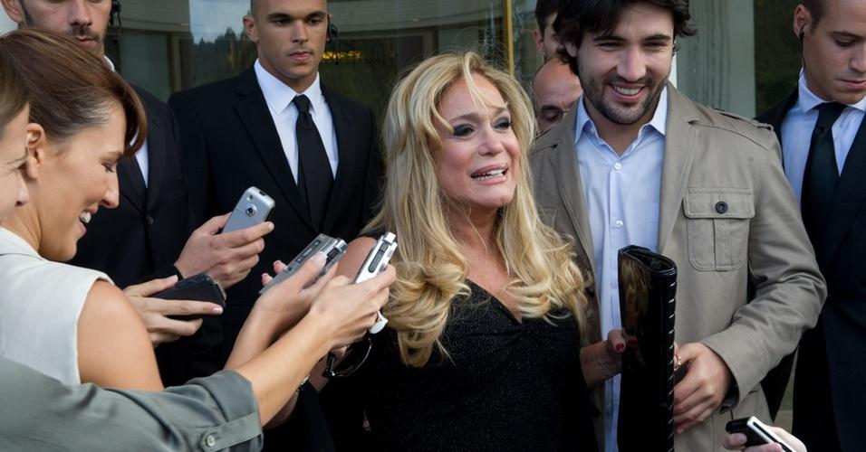 Susana Vieira grava cenas com o namorado, Sandro Pedroso
