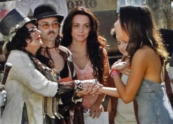 Em cena de Araguaia, o ator Emilio Orciollo (ao centro) aparece entre as colegas de elenco, Thaís Garayp (à esq.), Suzana Pires e Mariana Rios (à dir.)