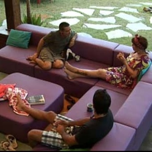 Carlos Carrasco, Nany People e Daniel Bueno conversam na varanda (07/10/10)