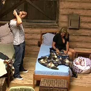 Sergio Abreu e Monique Evans esperam a hora da eliminação na Casa da Fazenda (07/10/2010)