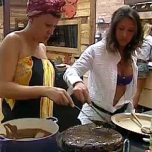 Nany e Piu-Piu fazem o bolo da aniversariante Ana Carolina (8/10/10)