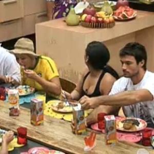 Peões aprovam a comida feita por Andressa Soares (8/10/10)