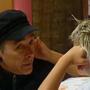 Carlos Carrasco chora e é consolado por Luiza Gottschalk (12/10/10)