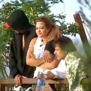 Tico (esq.) e Geisy formam a dupla mais divertida do programa; o roqueiro está dando show de finesse e a moça, exibindo  toda a sua sabedoria