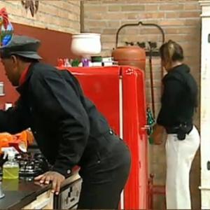 Viola e Piu-Piu lavam a louça na madrugada desta quarta-feira (13)