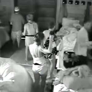 Ainda pilhados com a festa, peões fazem bagunça no quarto (16/10/2010)