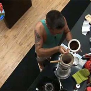 Carrasco prepara café para curar a ressaca(16/10/10)