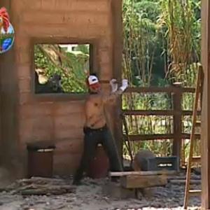Tico Santa Cruz corta lenha na Casa da Roça e causa acidente (20/10/10)