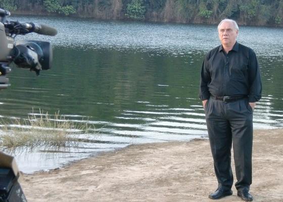 Marcelo Rezende grava na represa onde Mércia foi encontrada morta para o Domingo Espetacular (24/10/2010)