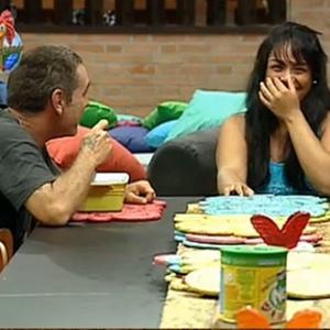 Andressa Soares faz companhia a Carlos Carrasco durante o jantar