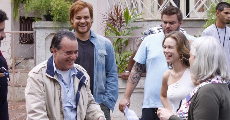 Tony Ramos brinca com Vera Holtz, Mariana Ximenes e Germano Pereira no set de gravação, no Projac (27/10/10)