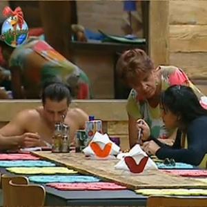 Nany People conversa com Andressa Soares durante almoço (31/10/10)