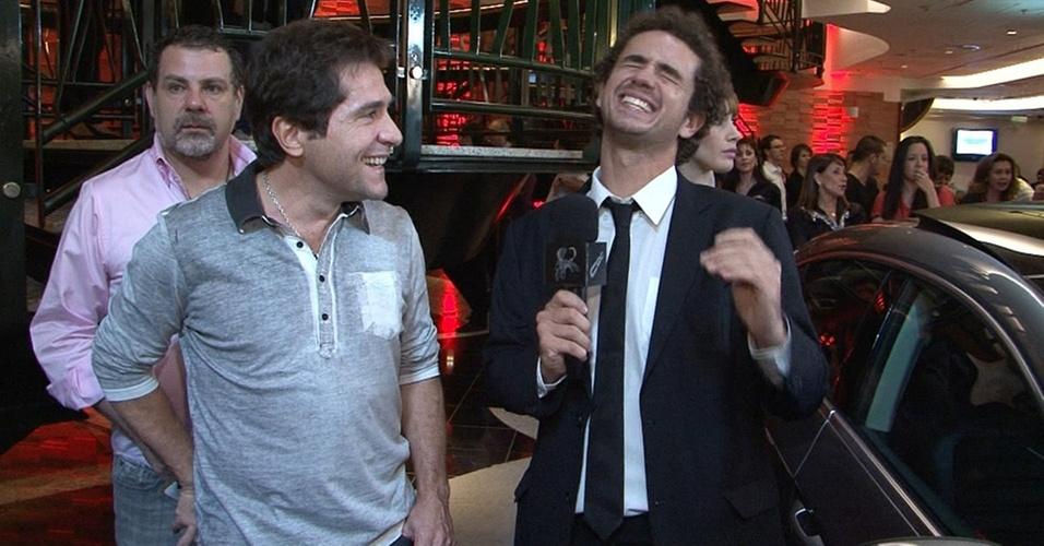 O cantor Daniel encontra Felipe Andreoli na exibição para convidados da