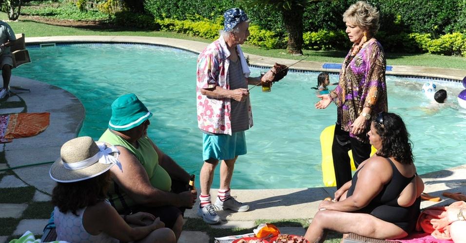 http://tv.i.uol.com.br/televisao/2010/11/02/em-passione-clo-irene-ravache-libera-churrasco-na-mansao-do-jardim-america-para-fortunato-flavio-migliaccio-e-os-amigos-nov2010-1288732272086_956x500.jpg