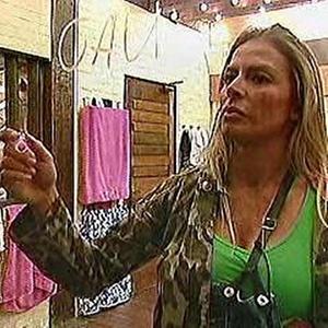 Janaina escreve nos espelhos da casa e causa punição de 24 horas sem gás e sem água (3/11/10)