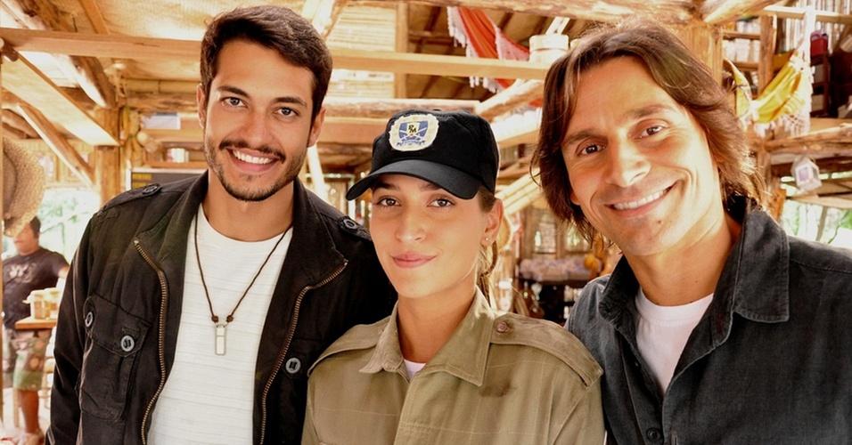Maria Joana Chiappetta entre os atores Raphael Viana e Murilo Rosa em um intervalo das gravações de