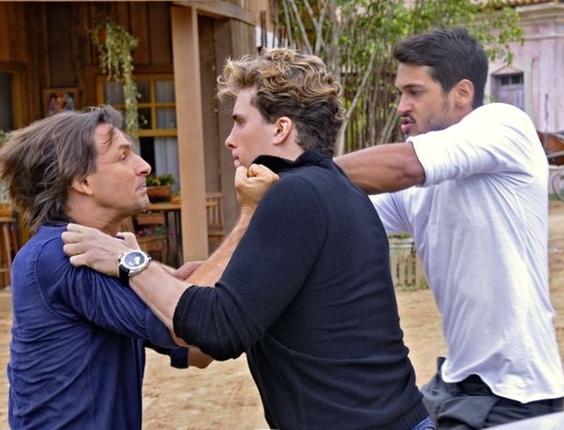 Solano (Murilo Rosa) e Vitor (Thiago Fragoso) brigam em