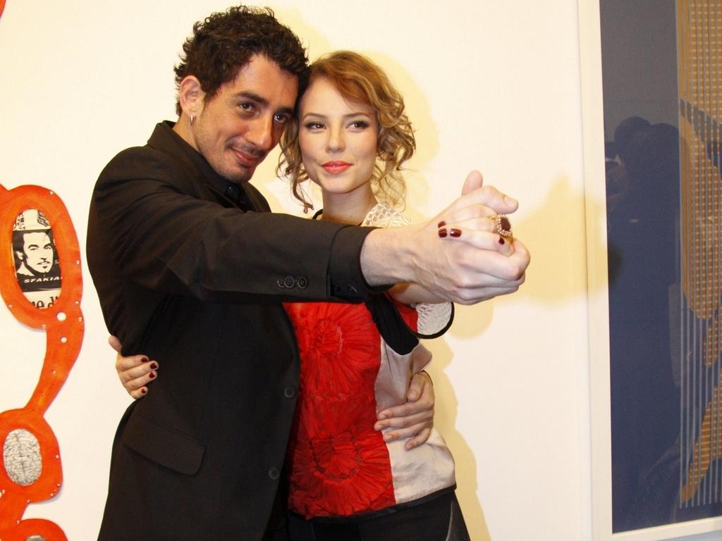 Paola Oliveira e Michel Melamed no lançamento de