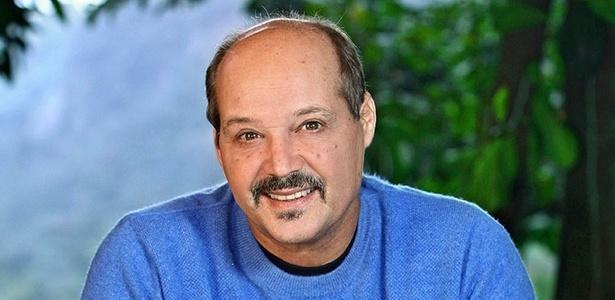 Na pele do prefeito  semi-analfabeto Ari, de Ribeirão do Tempo, o ator André de Biasi tenta fazer um personagem  naturalmente engraçado, sem ser cômico