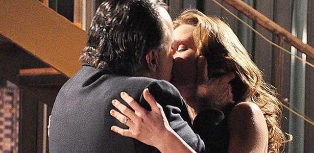 Após declaração de Clara (Mariana Ximenes), Totó (Tony Ramos) não resiste e a beija em