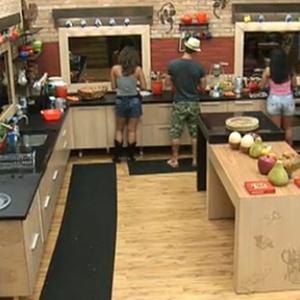 Dudu Pelizzari, Ana Carolina Dias e Andressa Soares conversam na cozinha (9/11/10)