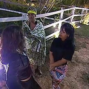 Ana Carolina, Luiza e Melancia conversam na área dos animais (11/11/10)