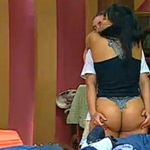 Carlos Carrasco dá um abraço para lá de apertado em Andressa Soares (13/11/2010)