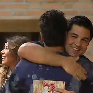Edu Guedes recebe abraço de Sergio Abreu na entrada da casa (15/11/10)