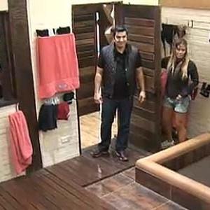 Janaina Jacobina mostra os chuveiros da casa a Edu Guedes (15/11/10)