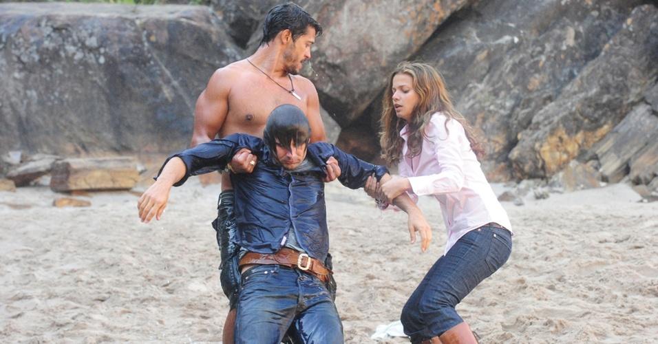 Os atores Raphael Viana, como Fred (sem camisa), Murilo Rosa, como Solano e Milena Toscano, como Manuela em cena de