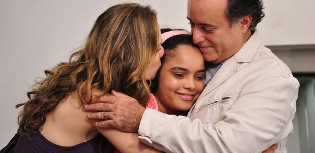 Clara (Maiana Ximenes) e Totó (Tony Ramos) conseguem a guarda de Kelly (Carol Macedo e vão correndo buscar a menina na institução (18/11/10)