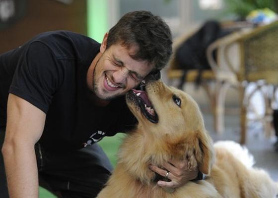 Rafael Cardoso e Elvis Presley, seu cão da raça golden retriever (novembro/2010)