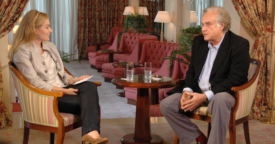 A apresentadora Angélica entrevista o cineasta Arnaldo Jabor para o programa