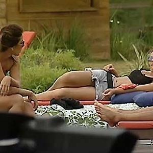 Lizzi Benites e Luiza conversam à beira da piscina (21/11/10)