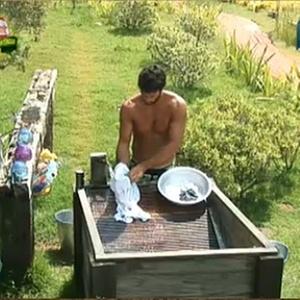Daniel aproveita o calor para lavar roupa nesta terça-feira (23/11/10)