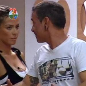 Janaina segue Carrasco até o banheiro para falar sobre seu voto para a Roça (22/11/2010)