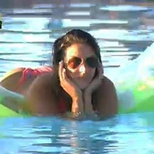 Lizzi Benites curte piscina em fim de tarde (24/11/10)