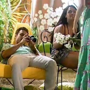 Andressa Soares segura o bouquet de flores ao lado de Sergio Abreu