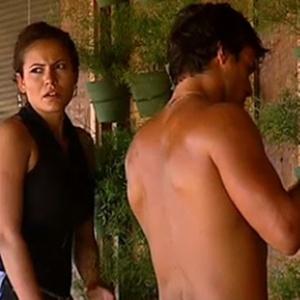 Carol e Daniel regam as plantas na sede (28/11/10)