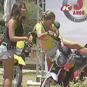 Janaina Jacobina fatura uma moto e dá a outra para Ana Carolina (28/11/10)
