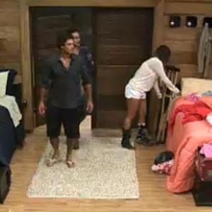 Peões entram no quarto após sessão de cinema em A Fazenda 3 (29/11/2010)