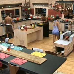 Peões conversam na cozinha na manhã desta terça-feira (30/11/10)