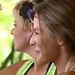 Luiza Gottschalk e Janaina Jacobina conversam na varanda da sede (03/12/10)
