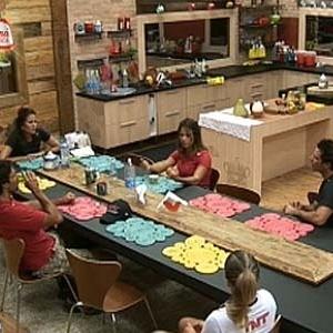 Peões se reúnem na cozinha para esperar início de prova (30/11/10)