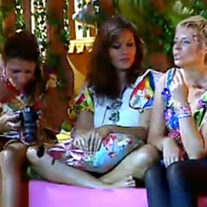 Lizzi, Carol e Luiza conferem as fotos da Festa Latina (03/12/2010)